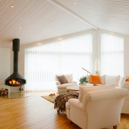 hvite lamellgardiner i stue